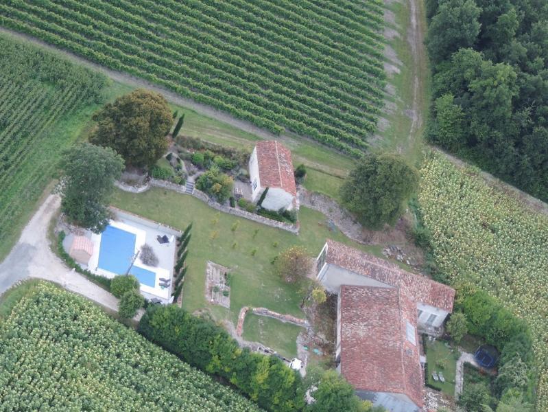 Bois Blanc aus der Luft.  Das Ferienhaus in eigenen elevated Garten, umgeben von Reben & Sonnenblumen!