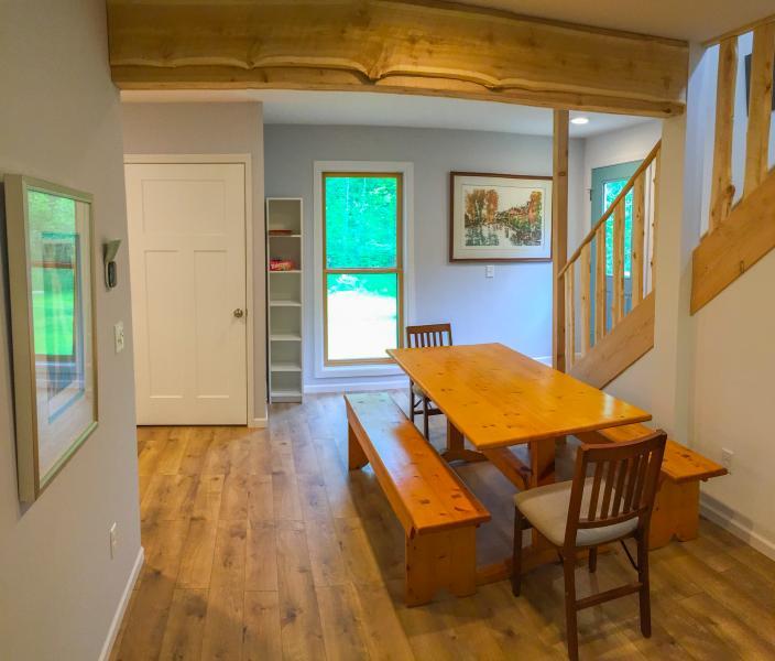 Eetkamer met deur County Pine tabel en teruggewonnen Plum onder Cedar balken