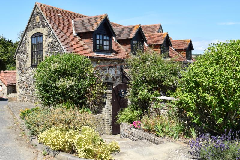 Grade II listed upside down cottage | enclosed garden | close to sea and village, vacation rental in Brighstone