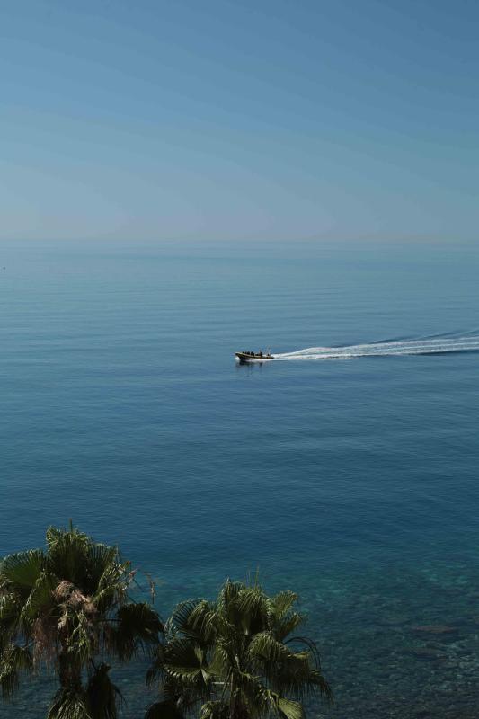 Vue sur la mer Méditerranée depuis le balcon