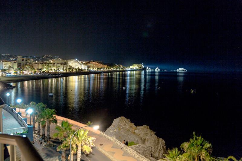 Vid stranden San Cristobal på natten