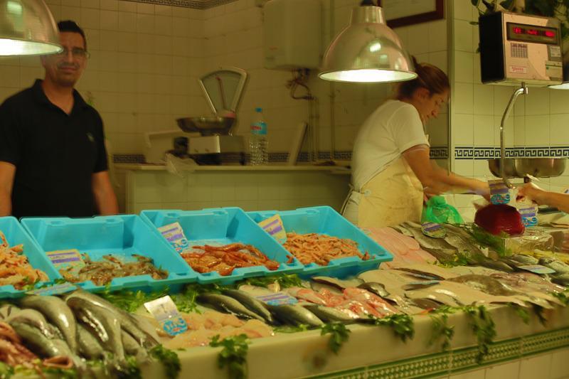 Fantastiska färska skaldjur säljs på den lokala marknaden