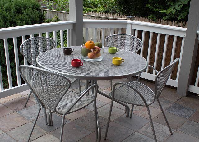 Disfruta de una cena al aire libre con vista a tu patio