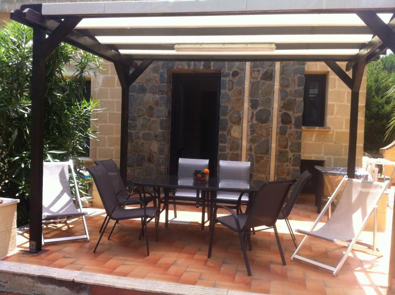 Ontspannen patio in een typische Siciliaanse tuin. Zwembad en stranden op 300 meter van de villa