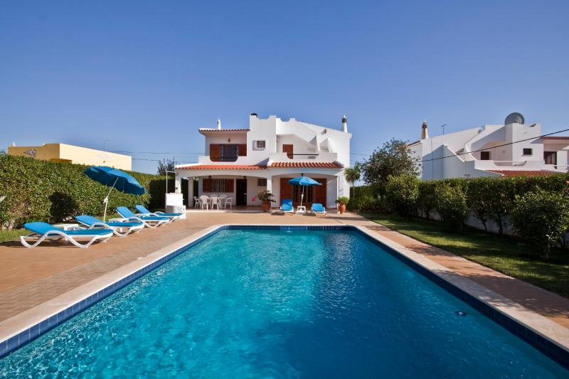 Spacious Villa with Large Pool and garden near to Albufeira and Shopping mall, vacation rental in Guia