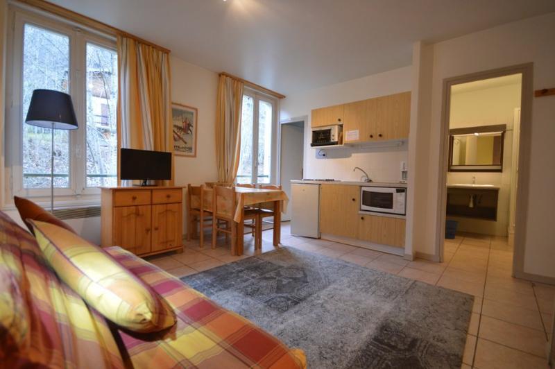 Séjour spacieux et agréable avec canapé lit et cuisine équipé dans un cadre idyllique