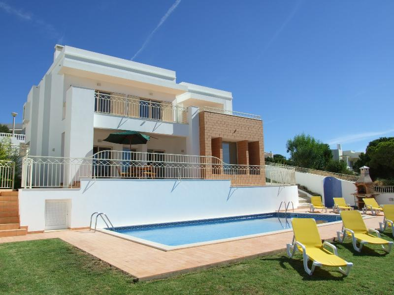 Modern, luxury villa with large pool and sea views in Albufeira, holiday rental in Patroves