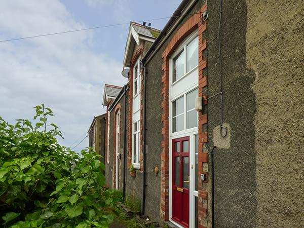 BASE HOUSE, elevated terrace cottage, en-suites, pet-friendly, enclosed garden, holiday rental in Aberdovey