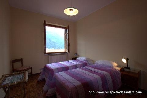 villa has 4 twin beds 2 queen beds and 2 sofa beds 3.5 baths 5 bedrooms