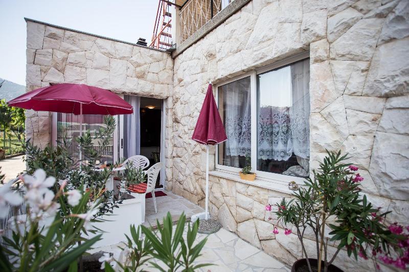 Spacious 1BD Apartment in Kastela close to Split&Trogir, vacation rental in Kastela