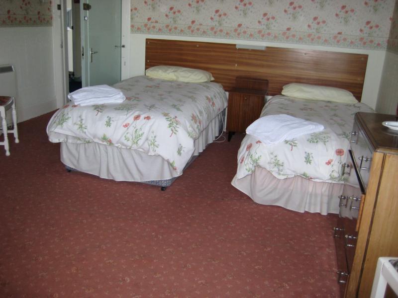 Este dormitorio está al frente de la propiedad y cuenta con una tercera cama individual