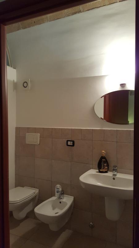 Bagno in camera completo doccia e asciugamani