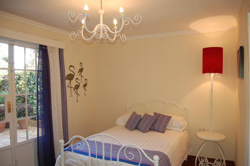 Flamingo-Zimmer. Queensize-Bett. Schläft bequem zwei Erwachsene