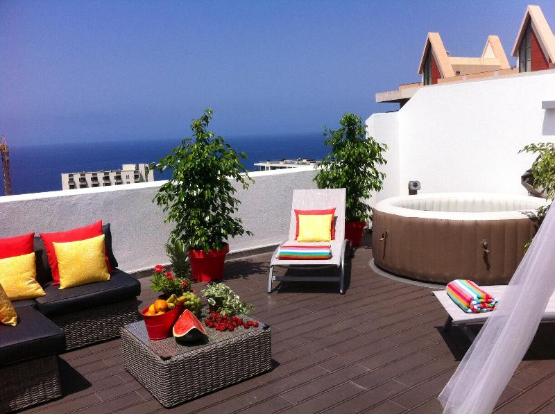 TOP FLOOR APARTMENT, amazing SUNNY TERRACE,sea view,totally quiet,free wifi,bbq, holiday rental in Madeira