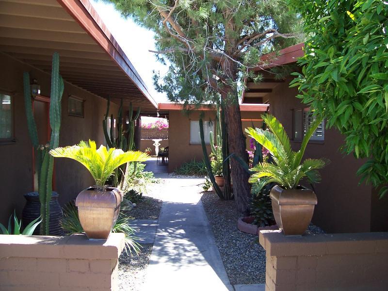 Charming Retro Modern Decor sleeps 3 Near downtown, holiday rental in Palm Springs