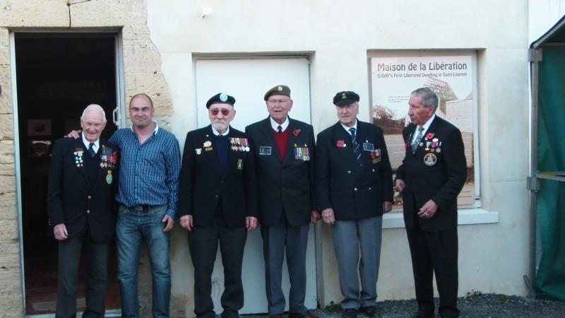 visite de vétérans américains et anglais sur place, devant la partie reconstituée des années 40