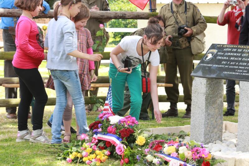 les enfants des écoles voisines participe tous les ans et dépose des fleurs à la stèle du souvenir