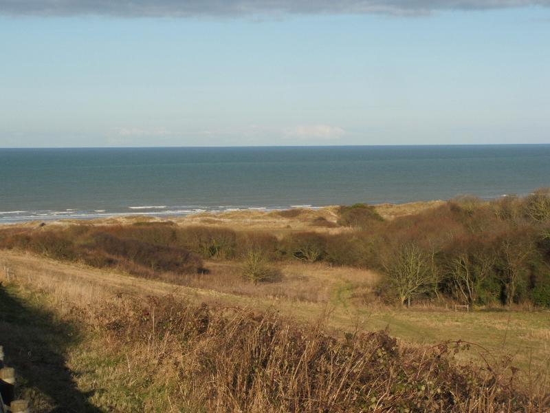 vue de la plage de saint laurent sur mer au dessus du ruquet juste a coté du cimetière américain