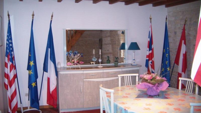 photo de l ' intérieur du gîte dans la salle à manger décorée sur le thème de la mémoire .