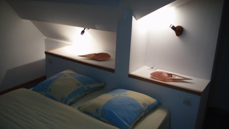 la chambre à l ' étage avec un lits deux places