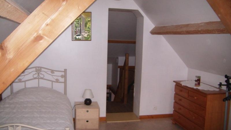 une autre chambre avec deux lits séparé  pour une personne par lit