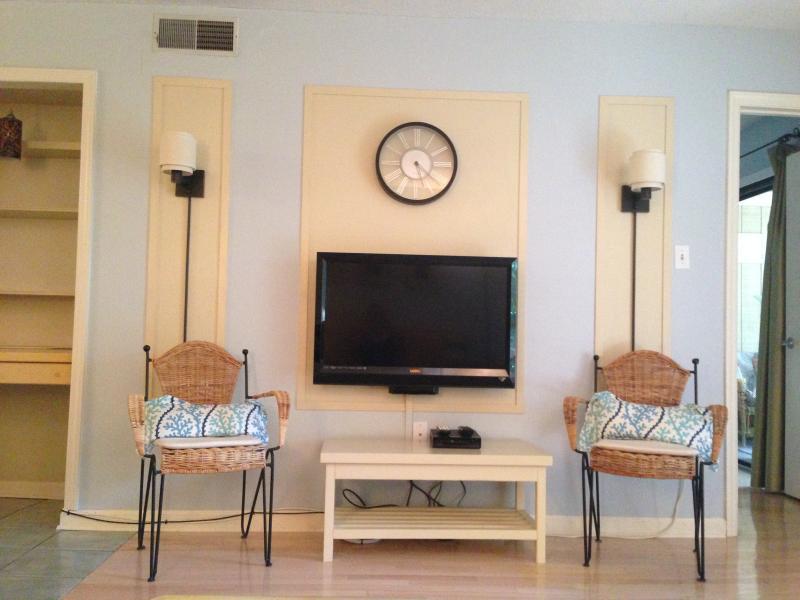 Centro de entretenimiento en la sala de estar con HDTV, reproductor de DVD, Netflix y alta velocidad de internet