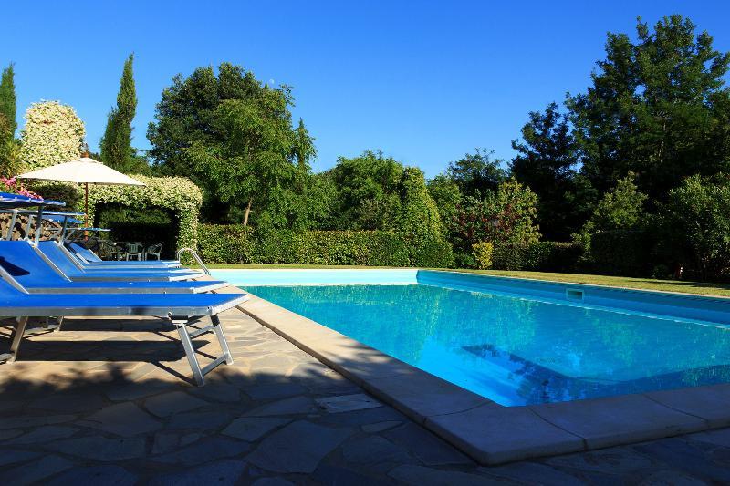 El sueño de la Toscana. La refrescante agua de la piscina y las zonas de sombra refrigerados para sentar en.