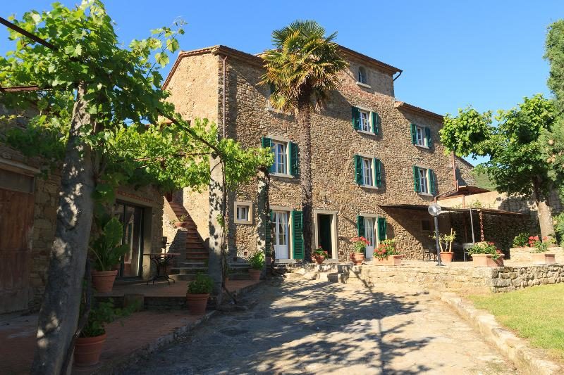 The villa! Under the warm tuscan sun. Sorrounded by the peace and tranquillity of the area.