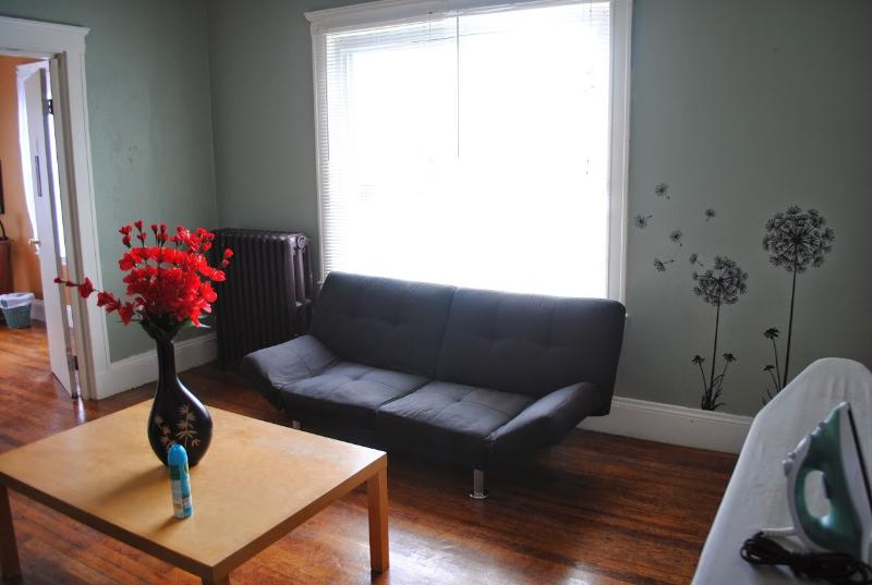 1 minute to T and beach, 15mins to downtown Boston, holiday rental in Lynn