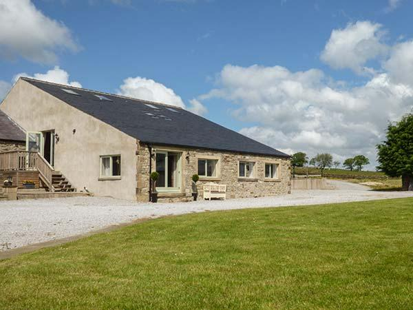 PENDLE VIEW, superb barn conversion with great views, WiFi, balcony, grounds, vacation rental in Settle