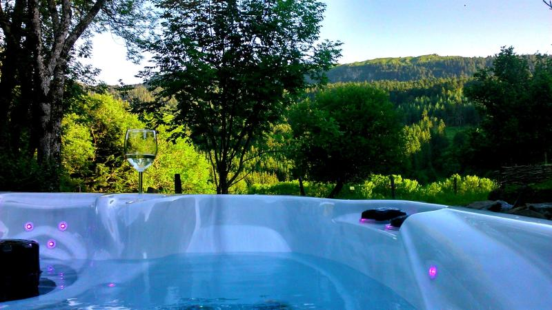 week end in lovers in a high-end with outdoor spa, mountain cottage in the Sancy