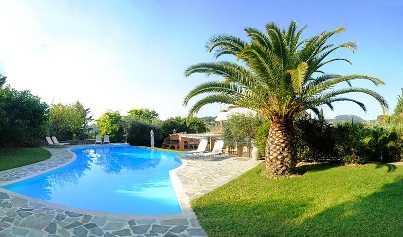 Private villa with large pool in Central Corfu, aluguéis de temporada em Kompitsi