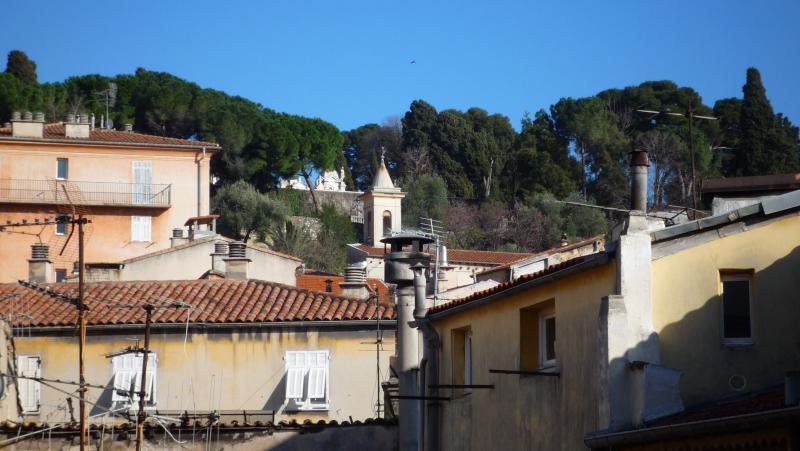 Vue depuis la salle principale et la chambre à coucher sur la colline du château ville vieille