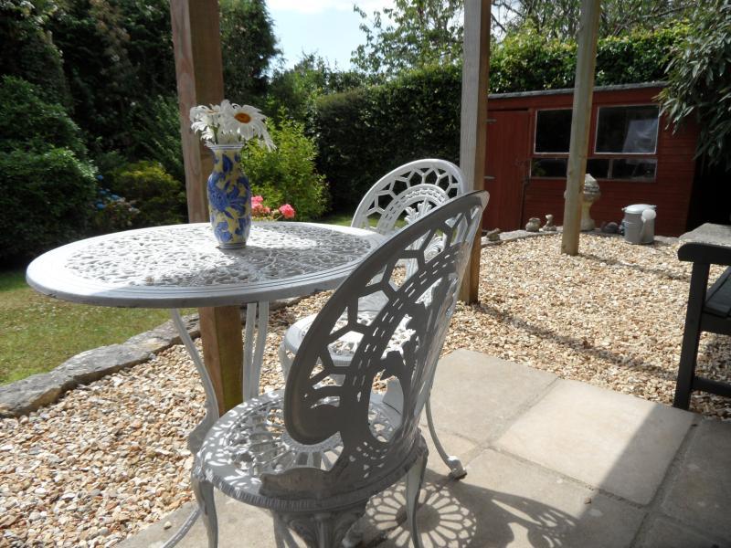 zone de patio, avec table et chaises pour manger en plein air tout en profitant de la vue.