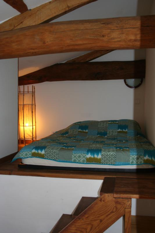 Room 2 terrace side with bed 140,
