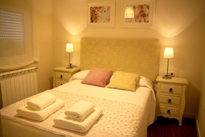 Cama de 135 x190 cms, toallas y sábanas de algodón egipcio, y una cuidada decoración y equipamiento