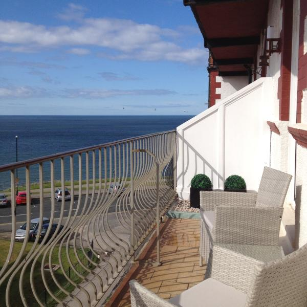 Relax on the balcony watching the tide