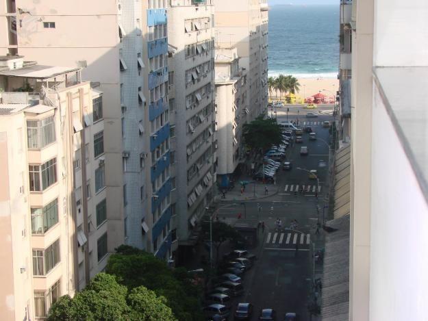 vista parcial da praia  da janela do apartamento.
