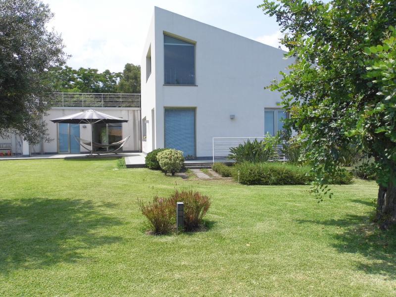 exterior con jardín