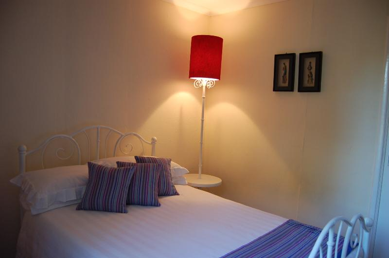 Flamingo-Zimmer. Queensize-Bett. High-Density-Federkernmatratze