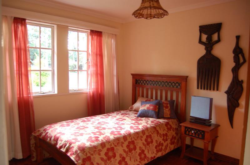 Kichana Zimmer - Einzelzimmer $50/Nacht. Großes Einzelbett (3,5 ft) & high-Density-Federkernmatratze
