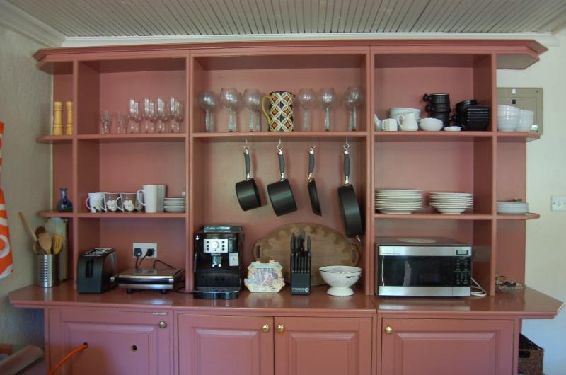 Moderne Küchengeräte und italienische Kaffeemaschine