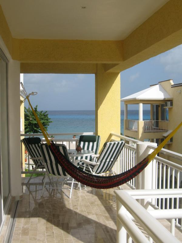 Enjoy your coffee from this veranda and enjoy the beautiful colors of the sea.
