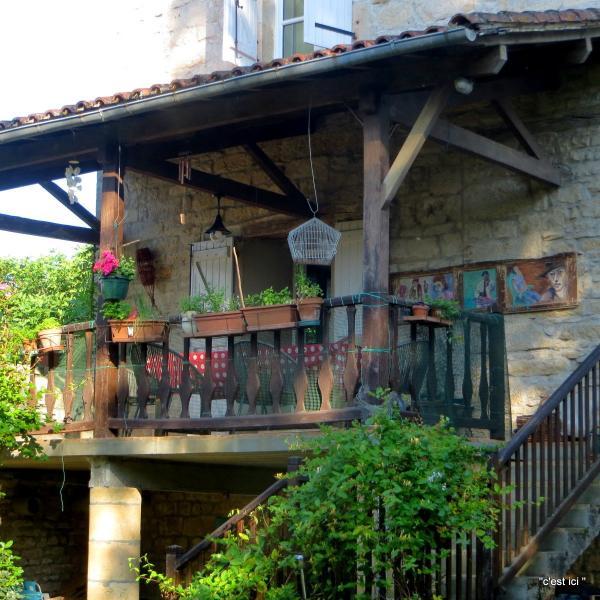 la terrasse fleurie avec vue sur le village