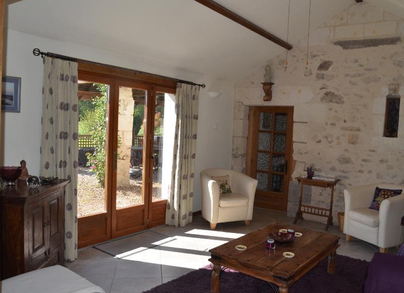 El salón cuenta con hermosas vistas a la campiña circundante y jardín