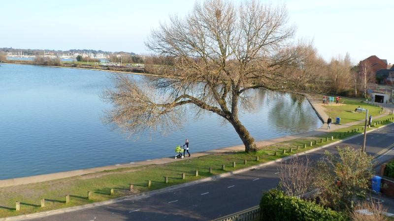 Vista para o lago de barco com Baiter Parque à direita.
