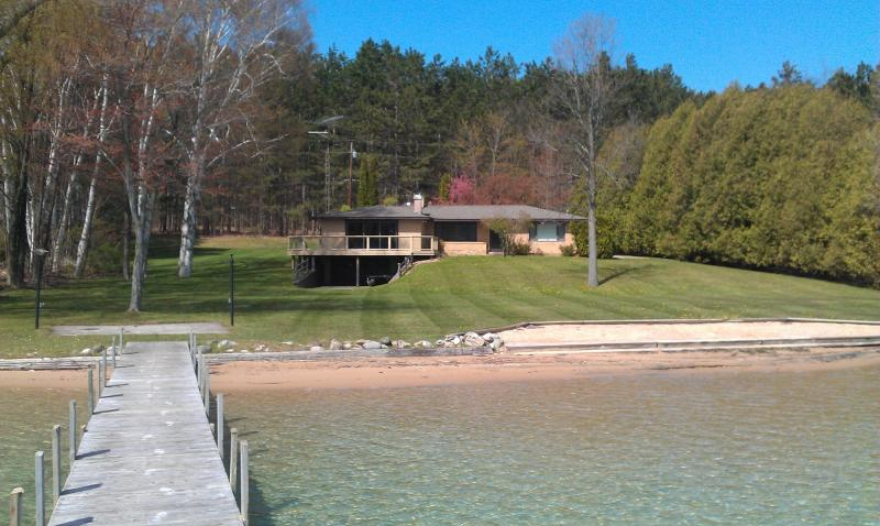 Beautiful Walloon Lake Rental Home (10% price red on openings < next 2 wks), holiday rental in Petoskey
