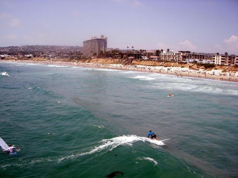 Vista del complejo desde el océano - con un surfista a casa!