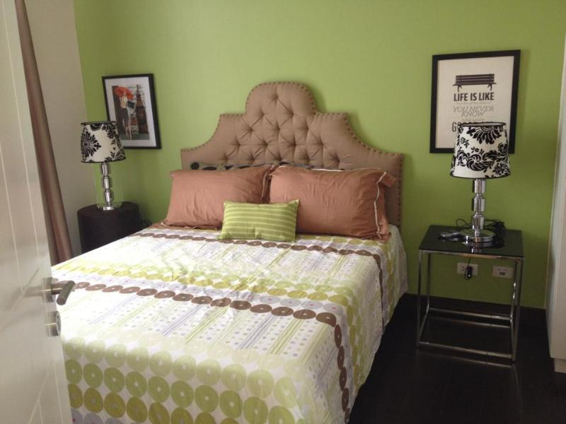 Queen sized bed with nice, clean and soft linens