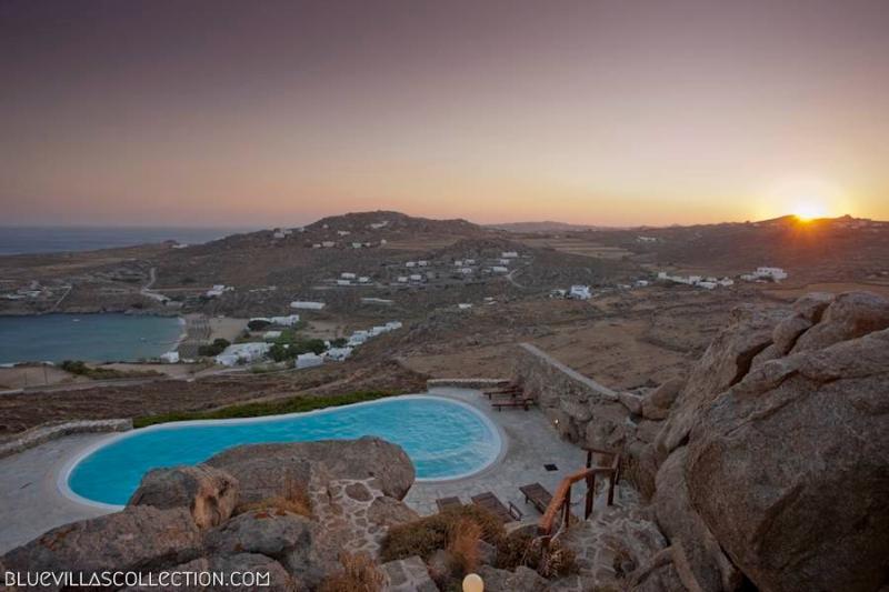 BlueVillas | Villa Phaedra | Infinity pool with view to Super Paradise Beach, location de vacances à Super Paradise Beach